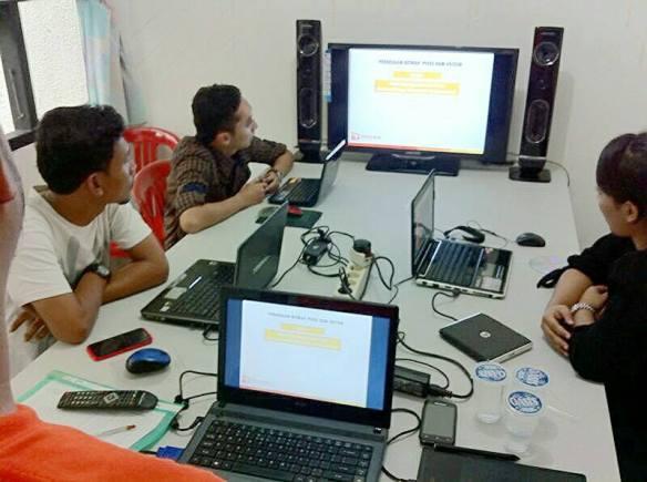 Siswa sedang mendapatkan materi dasar seputar komunikasi pada desain grafis